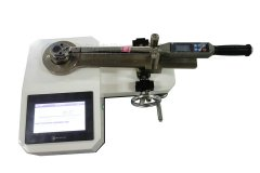 <strong>检测发动机螺栓扭矩用0.3级精度</strong>
